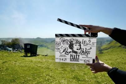 《浴血黑帮》剧组周一继续拍摄时,通过特别的场记板缅怀Helen McCrory-美剧品鉴社