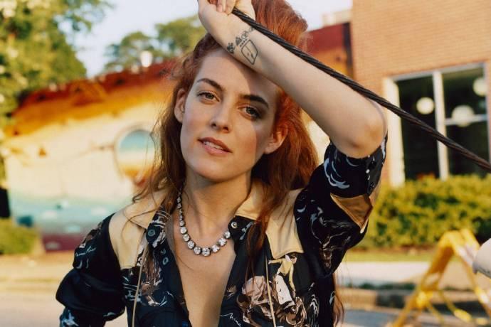 Riley Keough已经开始为主演的Amazon新剧《黛西琼斯与六人组》录制歌曲。-美剧品鉴社