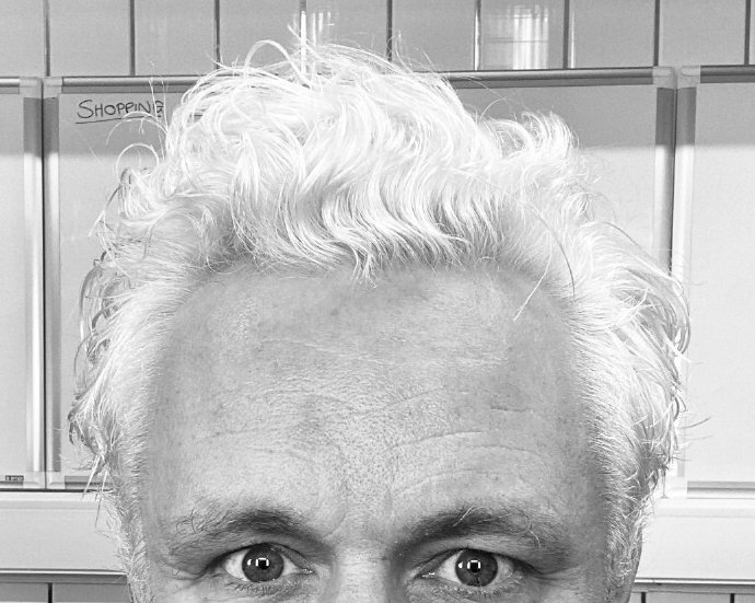 Michael Sheen已把头发染成白色,准备开拍《好兆头》第二季-美剧品鉴社